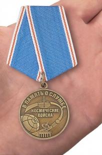 """Медаль """"В память о службе"""" Космические войска - вид на ладони"""
