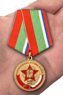 """Медаль """"В память о службе"""" ЦГВ в бордовом футляре из флока - вид на ладони"""