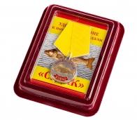 """Медаль в подарок рыбаку """"Судак"""" в нарядном футляре из флока бордового цвета"""