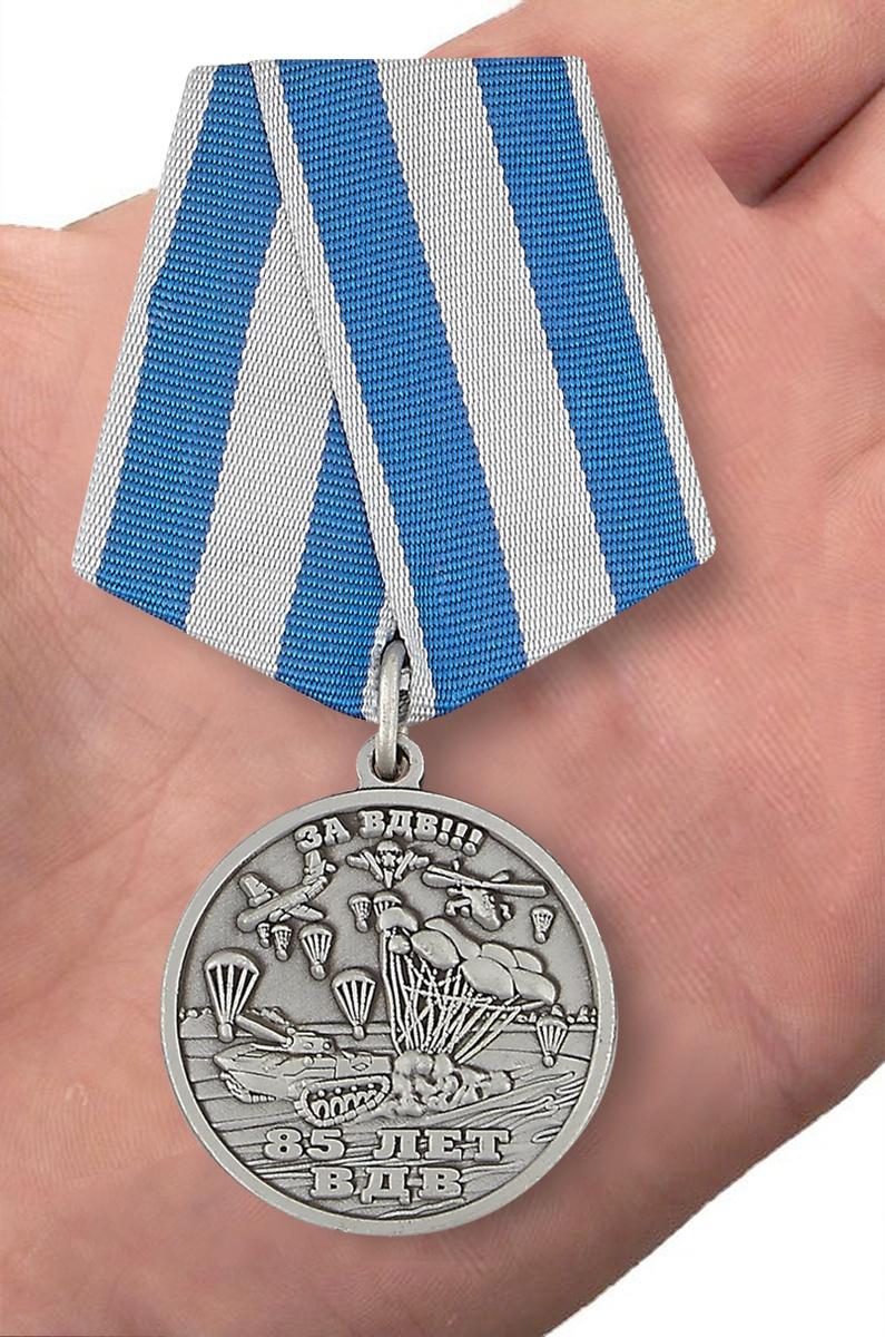 """Медаль ВДВ """"Никто кроме нас"""" в бордовом футляре из флока с пластиковой крышкой - вид на ладони"""