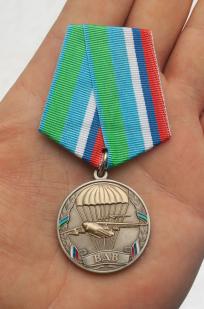 Медаль ВДВ Никто, кроме нас в футляре с удостоверением - вид на ладони