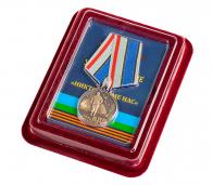 """Медаль ВДВ с девизом """"Никто, кроме нас"""" в наградном футляре из флока"""