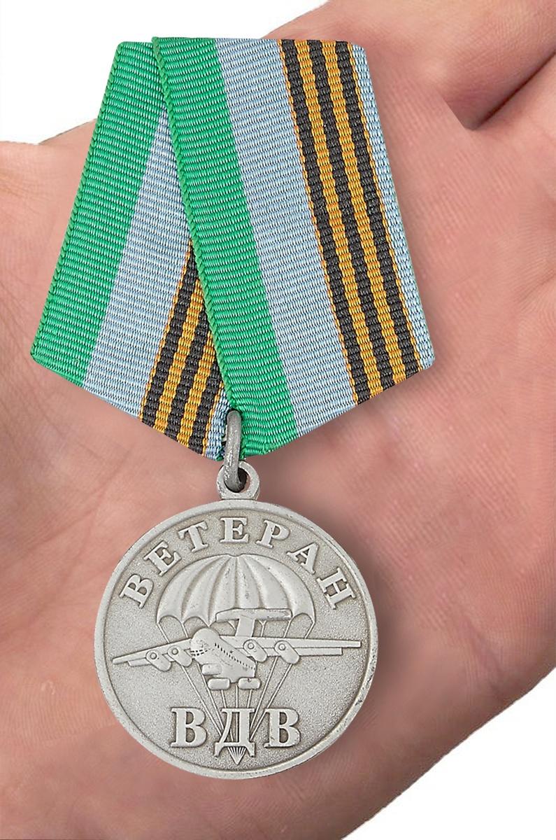 Медаль ВДВ Ветеран серебряная в футляре с удостоверением - вид на ладони