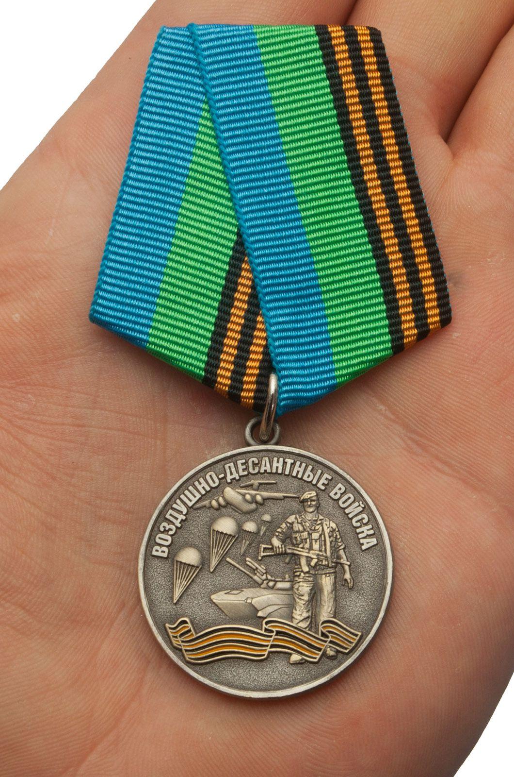 """Медаль ВДВ """"Воздушный десант"""" в красивом футляре из флока - вид на ладони"""