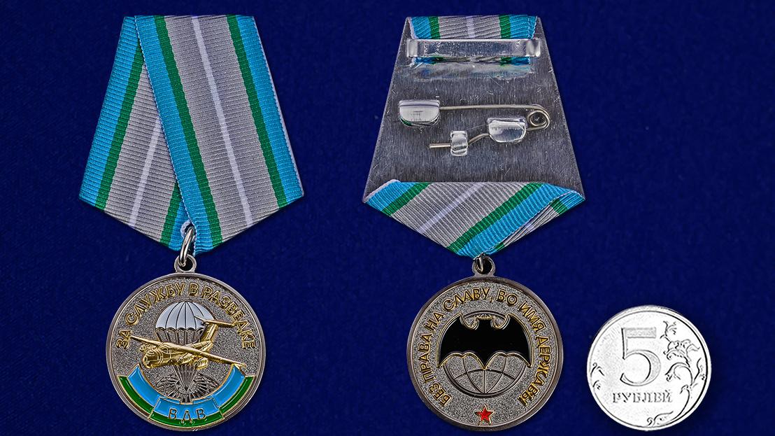 """Медаль ВДВ """"За службу в разведке"""" в футляре из бархатистого флока с пластиковой крышкой - сравнительный вид"""