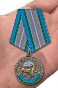 """Медаль ВДВ """"За службу в разведке"""" в футляре из бархатистого флока с пластиковой крышкой - вид на ладони"""