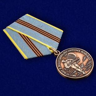 """Медаль ВДВ """"за службу в Воздушно-десантных войсках"""" в наградном футляре из флока - общий вид"""