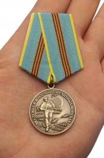 """Медаль ВДВ """"за службу в Воздушно-десантных войсках"""" в наградном футляре из флока - вид на ладони"""