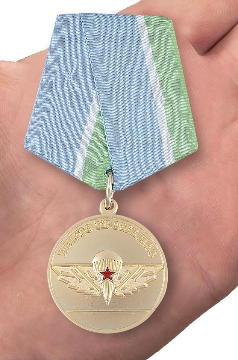 Медаль ВДВ За верность Десантному братству - вид на ладони