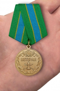 Медаль Ветеран ФССП (Федеральной службы судебных приставов) на подставке - вид на ладони