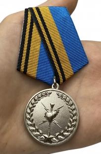 Медаль Ветеран Гидрометеорологической службы ВС России - вид на ладони