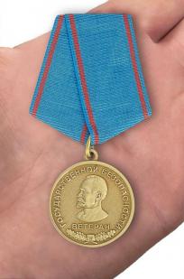 Медаль Ветеран государственной безопасности - вид на ладони