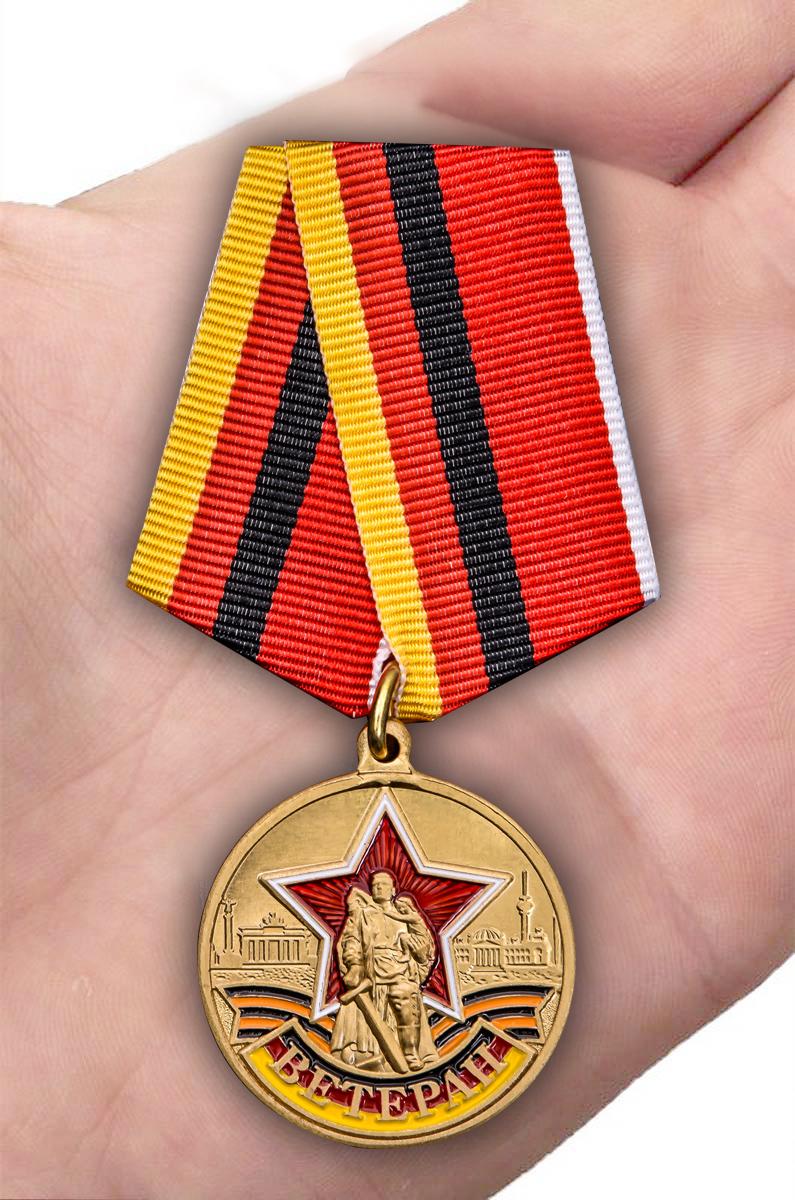 Медаль Ветеран ГСВГ в футляре с удостоверением - на ладони