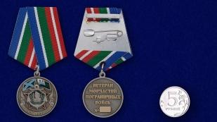 """Медаль """"Ветеран Морчасти Погранвойск"""" в бархатистом футляре бордового цвета с прозрачной крышкой - сравнительный вид"""