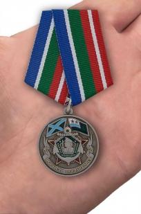 """Медаль """"Ветеран Морчасти Погранвойск"""" в бархатистом футляре бордового цвета с прозрачной крышкой - вид на ладони"""