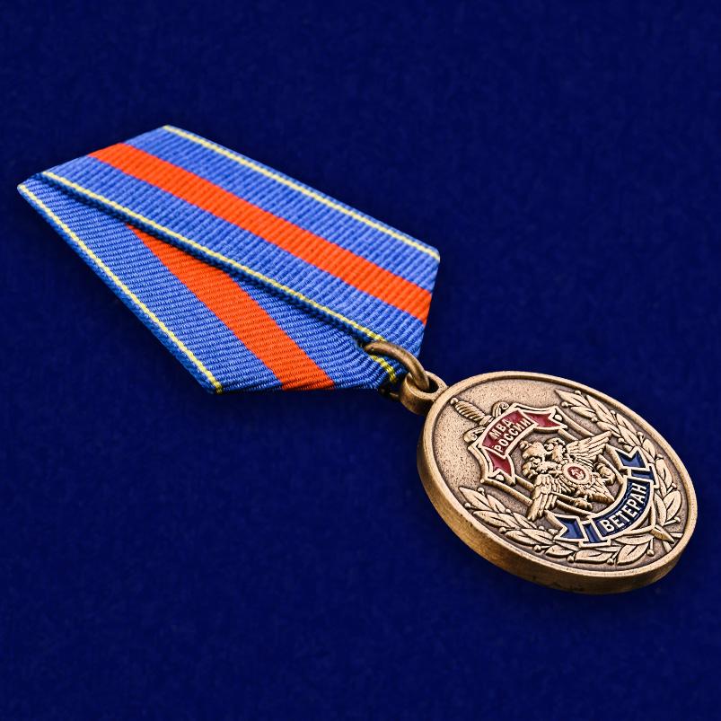 """Медаль Ветеран МВД """"Служим России, служим закону"""" в бархатистом футляре из флока - общий вид"""
