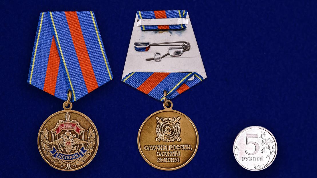 Медаль Ветеран МВД «Служим России, служим закону!»-сравнительный размер