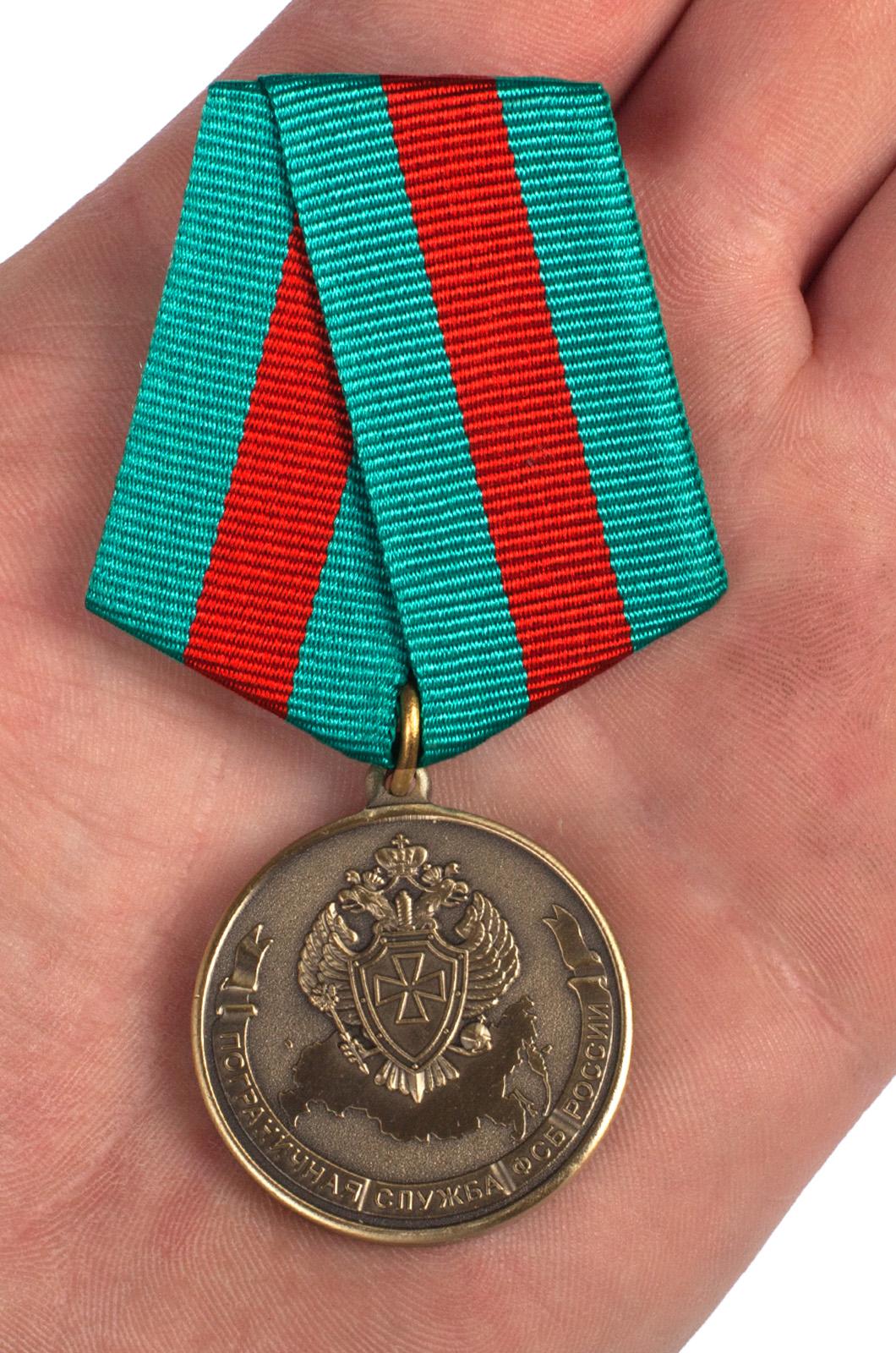 Медаль Ветеран Погранслужбы ФСБ РФ в футляре из флока с прозрачной крышкой - вид на ладони