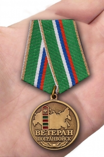 Медаль Ветеран Пограничных войск в бархатном футляре - Вид на ладони