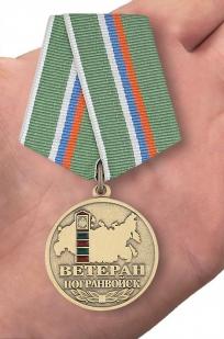 Медаль Ветеран погранвойск в футляре с удостоверением - на ладони
