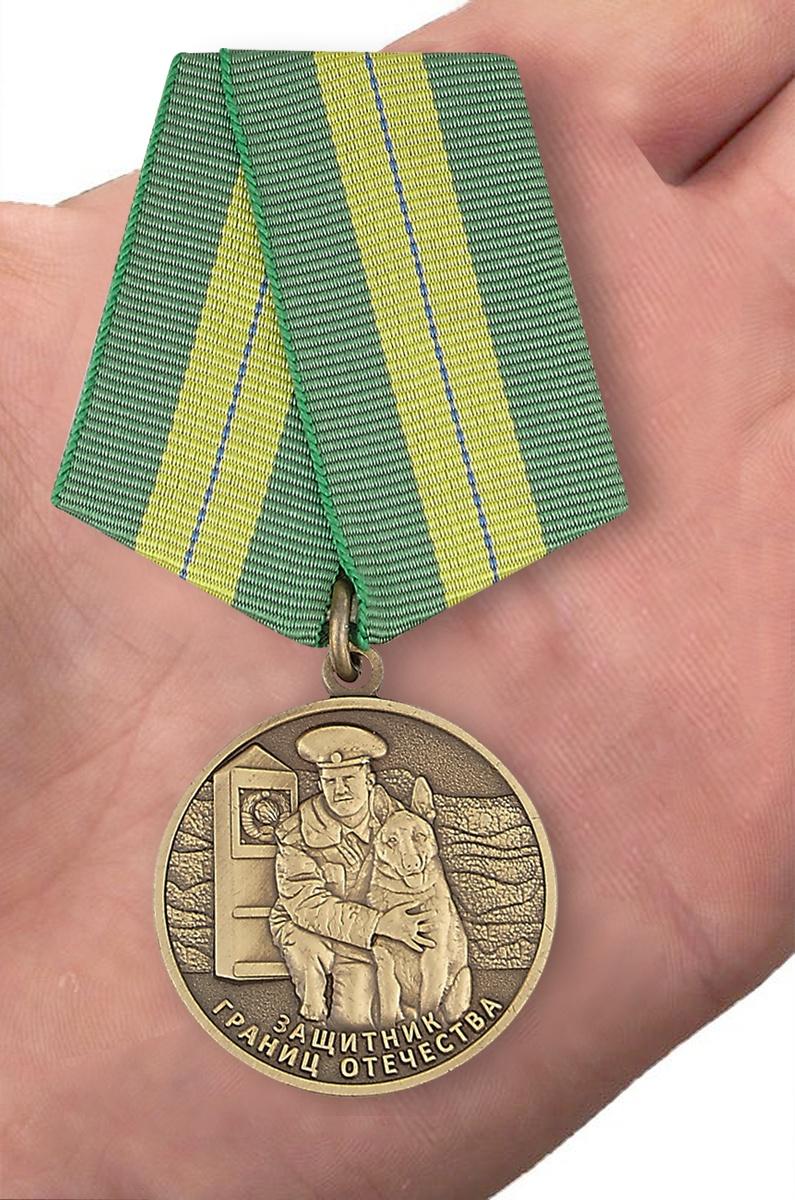Медаль Ветеран погранвойск «Защитник границ Отечества» - вид на ладони