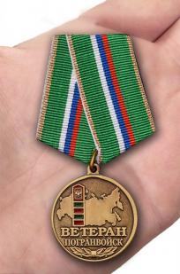 Медаль Ветеран Погранвойск в футляре с удостоверением - вид на ладони