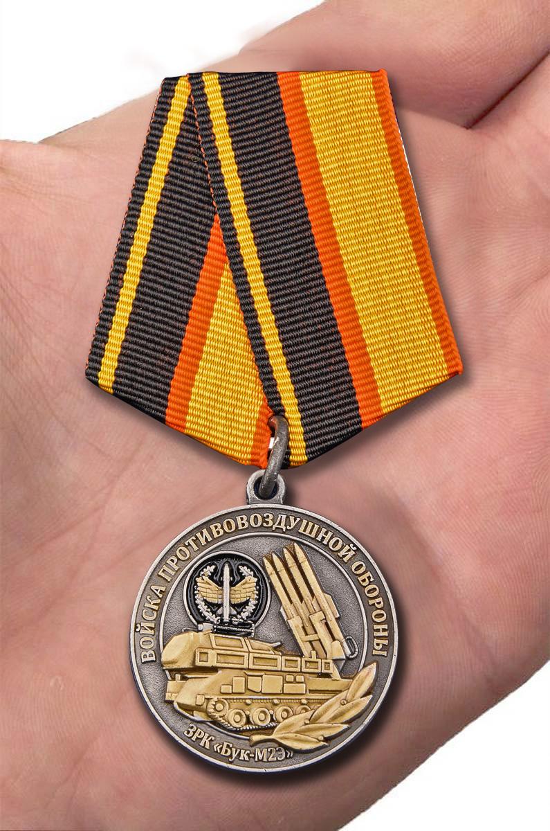 """Медаль """"Ветеран Противовоздушной обороны"""" - вид на ладони"""