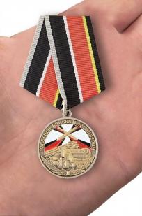 Медаль Ветеран РВиА  в футляре с удостоверением - вид на ладони