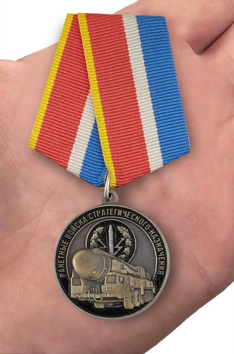 """Медаль """"Ветеран РВСН"""" в футляре с удостоверением - на ладони"""