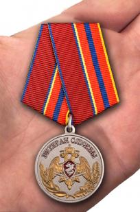 Медаль Ветеран службы Росгвардия - вид на ладони