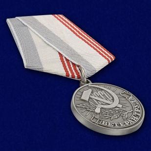 """Муляж медали """"Ветеран труда СССР"""" - вид под углом"""