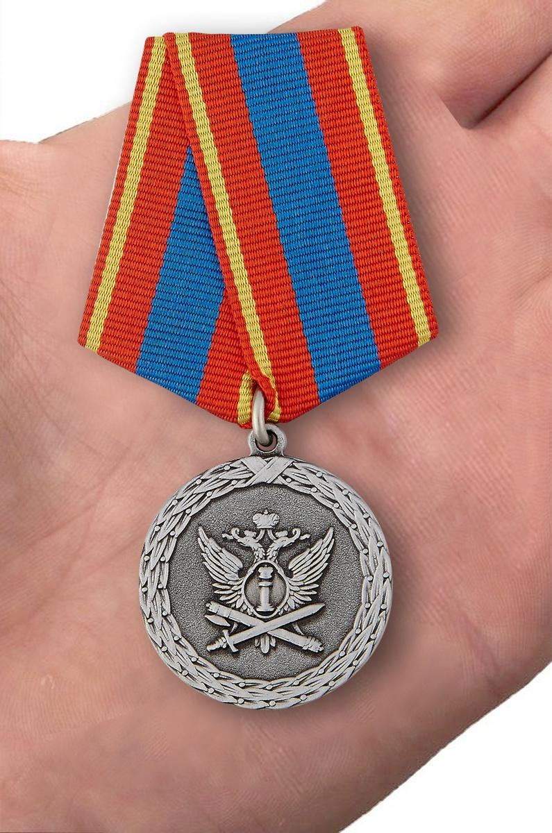 Медаль Ветеран уголовно-исполнительной системы в футляре из флока - вид на ладони