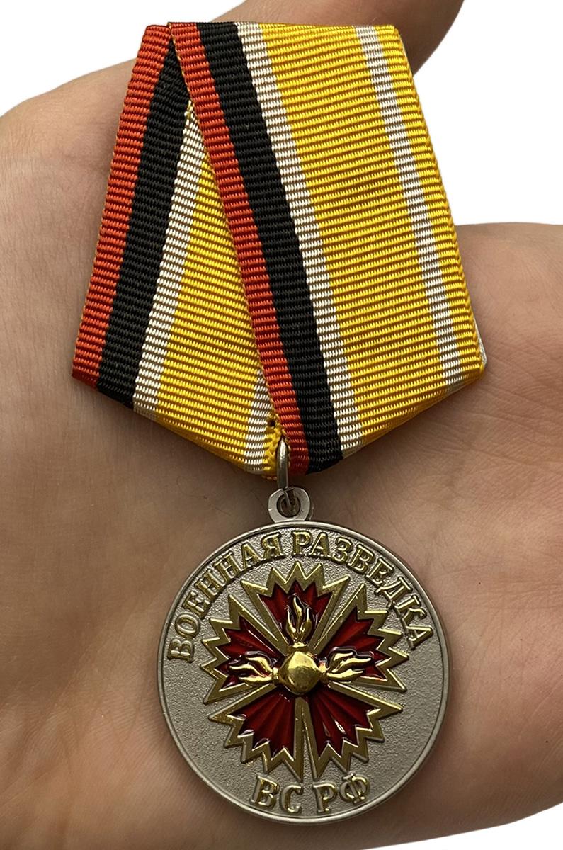 """Медаль """"Ветеран Военной разведки"""" - вид на ладони"""