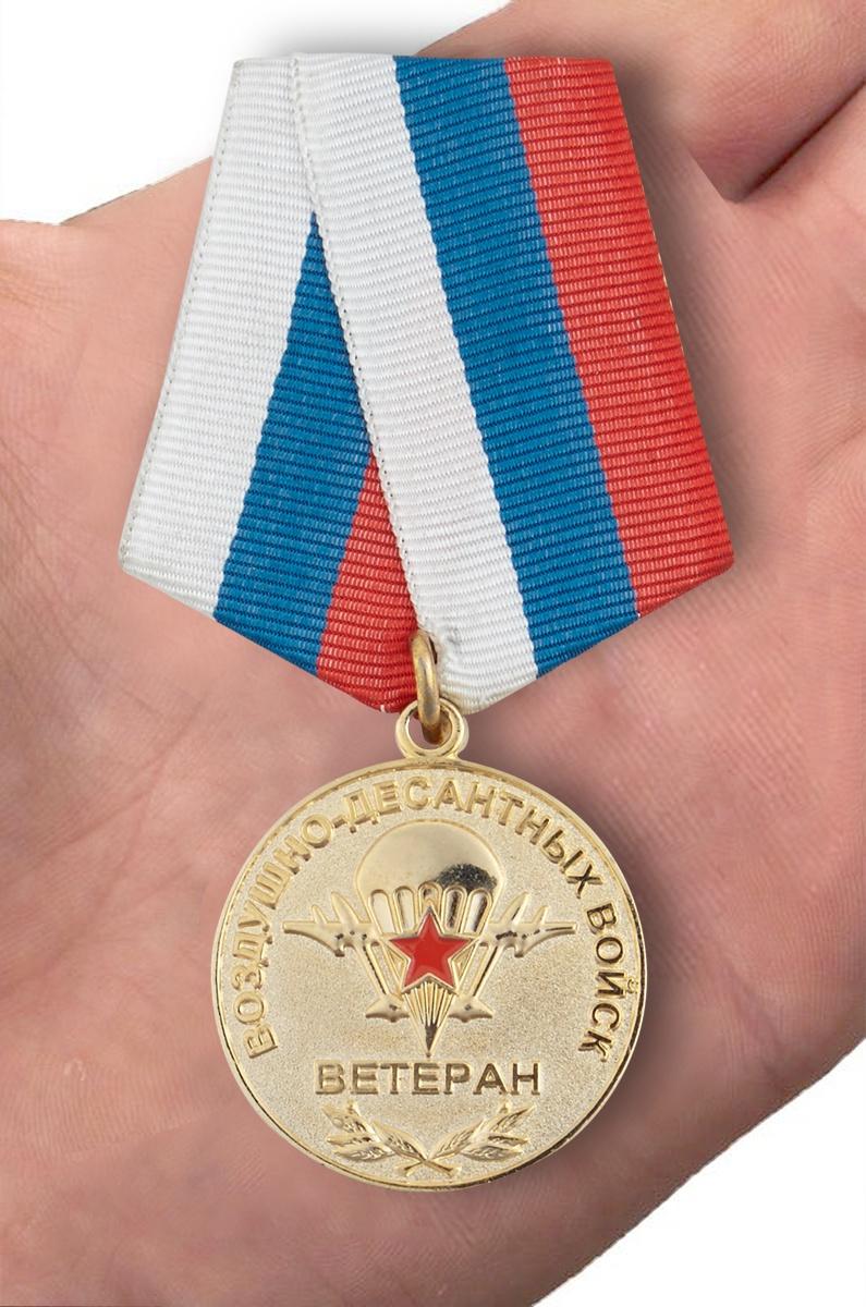 Медаль Ветеран Воздушно-десантных войск - вид на ладони