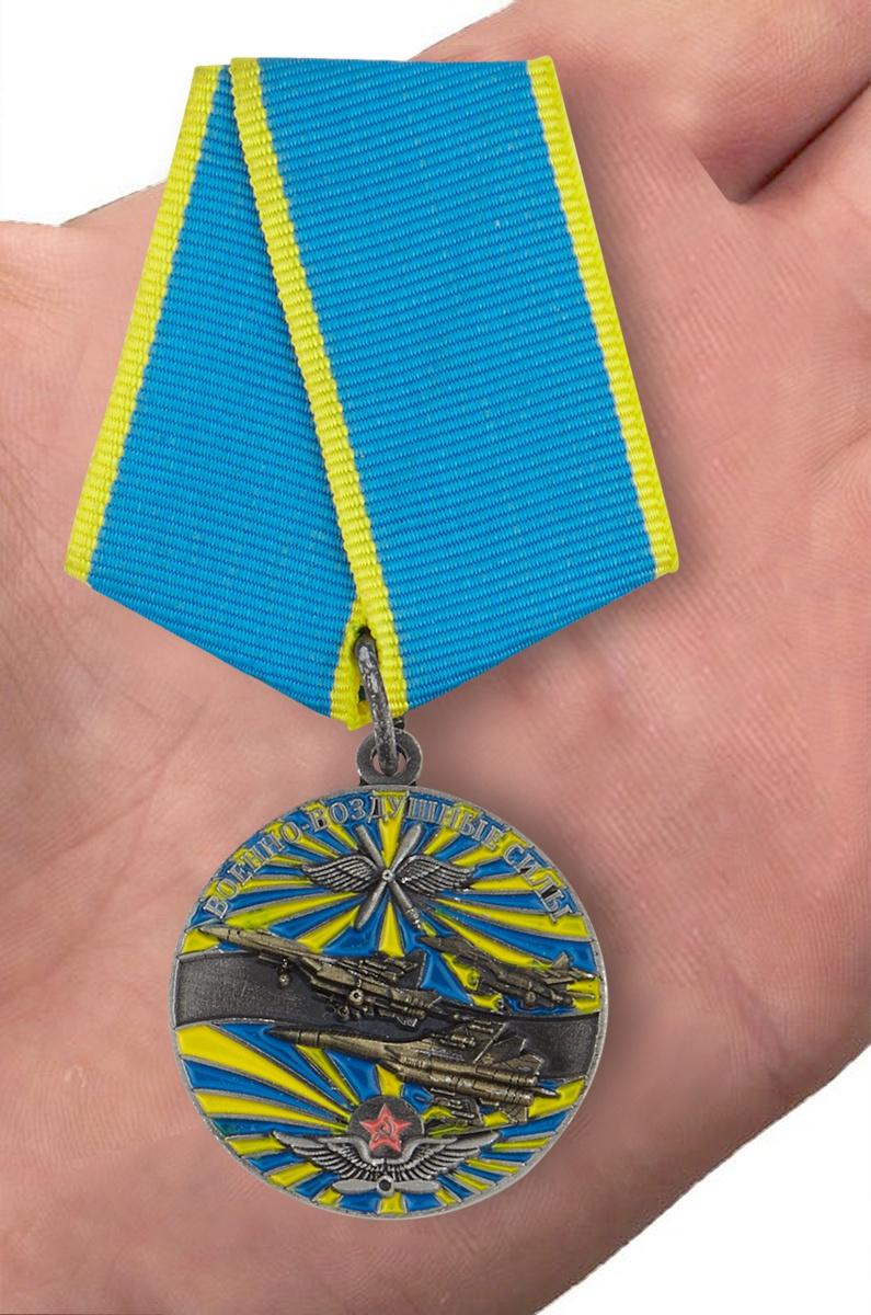 """Медаль """"Ветеран ВВС"""" в футляре с удостоверением - вид на ладони"""
