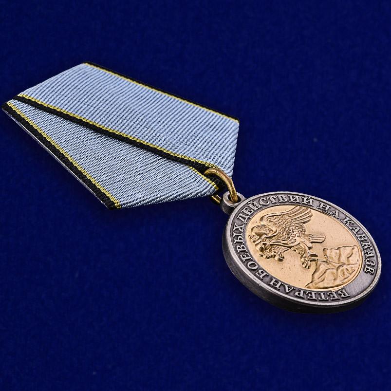 Медаль Ветерану боевых действий на Кавказе в наградном футляре из бордового флока - общий вид