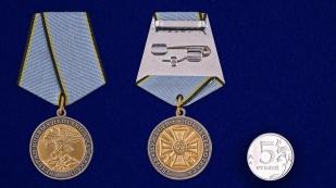 Медаль Ветерану боевых действий на Кавказе в наградном футляре из бордового флока - сравнительный вид