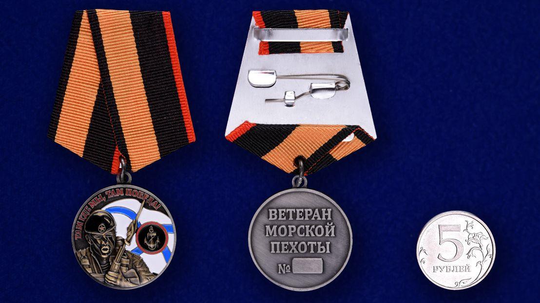 Медаль Ветерану Морской пехоты в футляре из флока с пластиковой крышкой - сравнительный вид