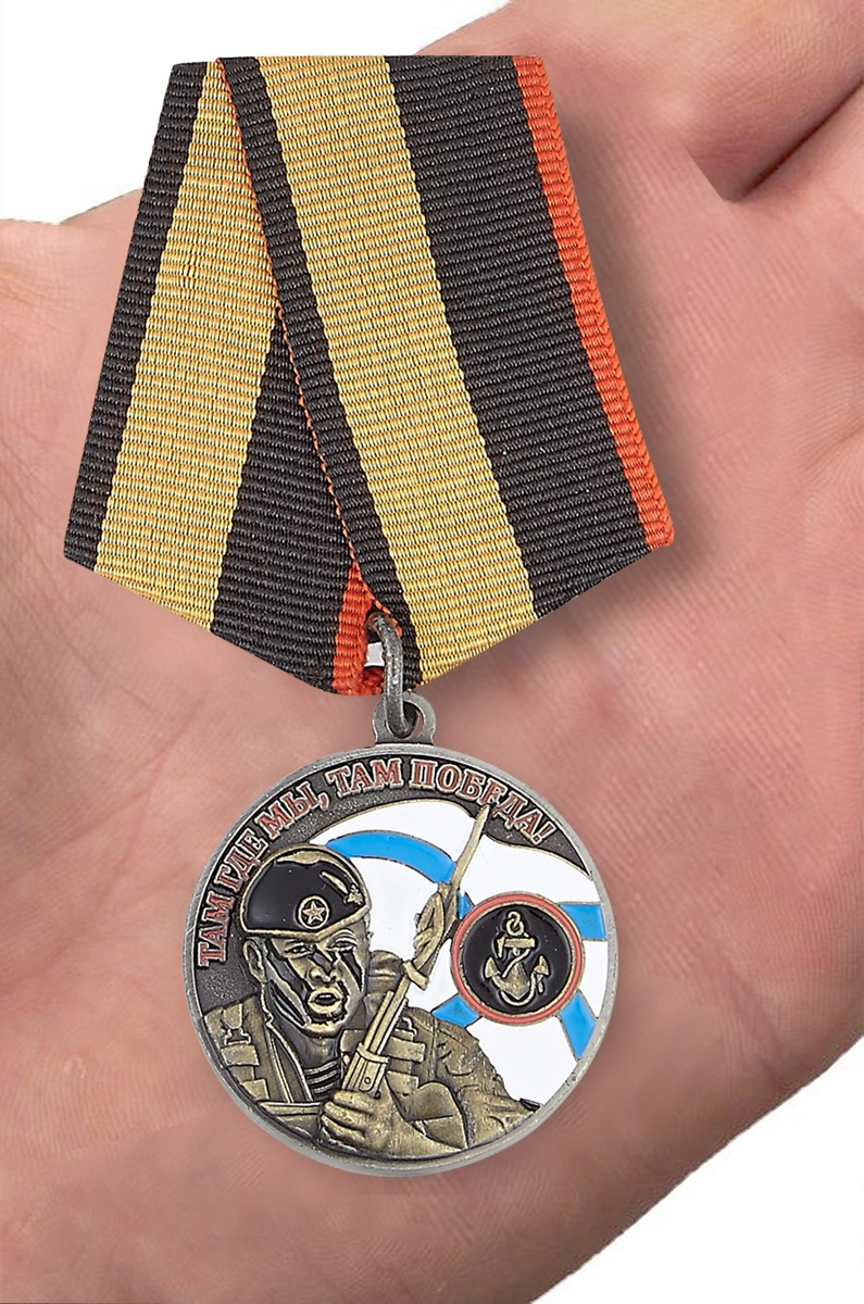 Медаль Ветерану Морской пехоты в футляре из флока с пластиковой крышкой - вид на ладони