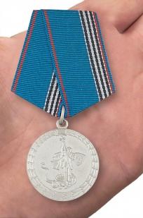 """Медаль """"Ветерану МВД России"""" в нарядном футляре из флока - вид на ладони"""