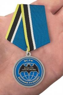 """Медаль ветерану """"Спецназ ГРУ"""" в футляре с покрытием из флока - вид на ладони"""