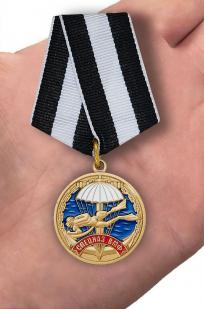 """Медаль Ветерану """"Спецназ ВМФ""""  в красивом футляре бордового цвета с покрытием из флока - вид на ладони"""