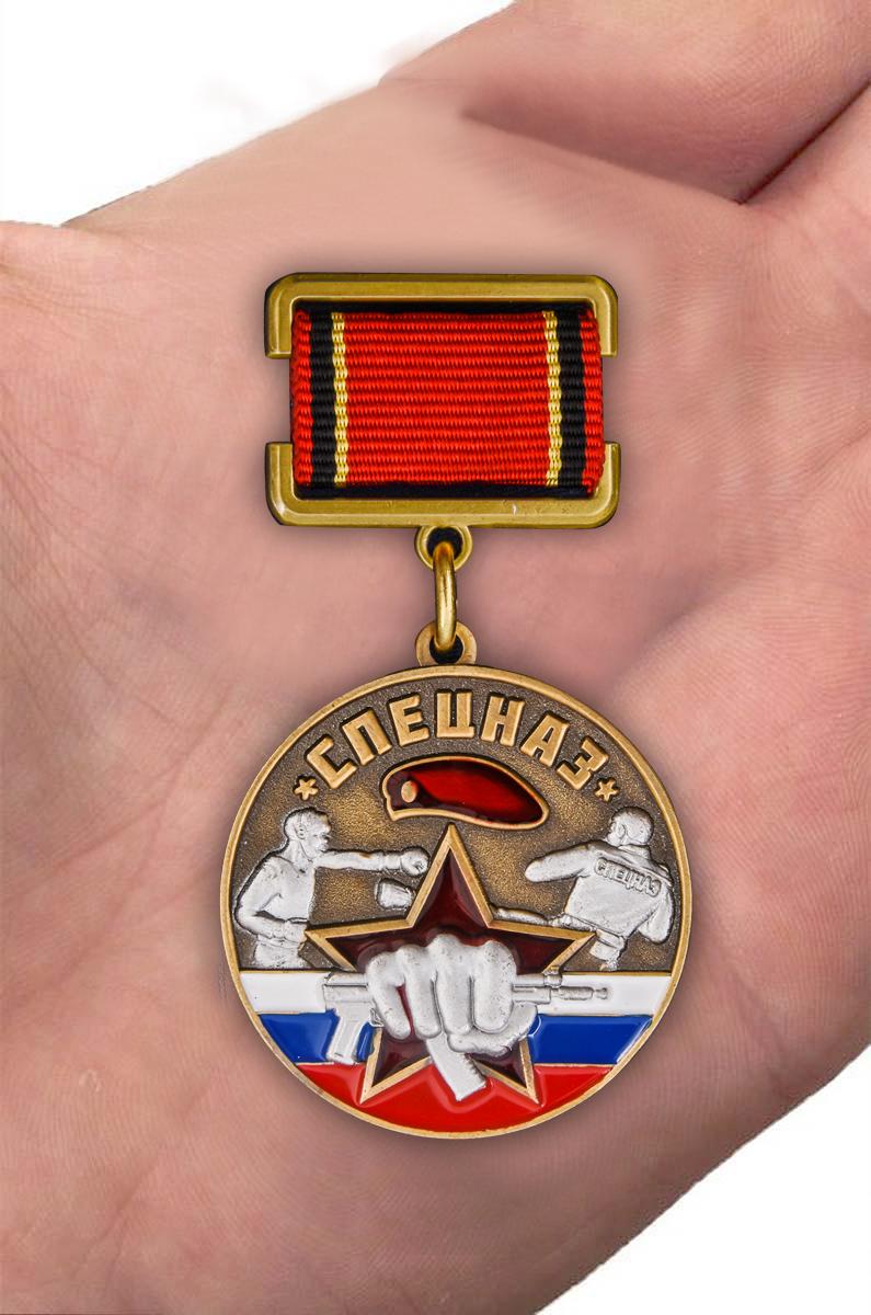 """Медаль """"Ветеран Спецназа"""" в футляре из борового флока с прозрачной крышкой - вид на ладони"""