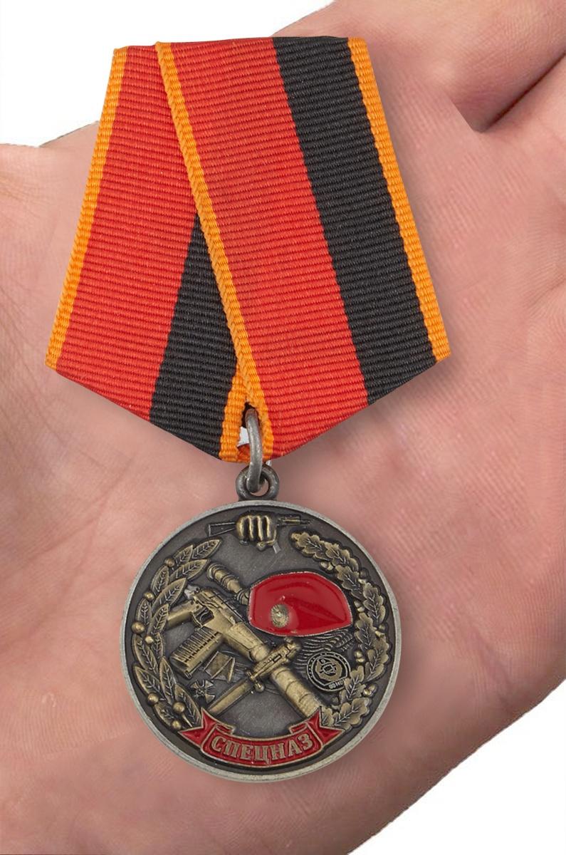 """Медаль """"Ветеран спецназа ВВ"""" в бархатистом футляре из флока - вид на ладони"""