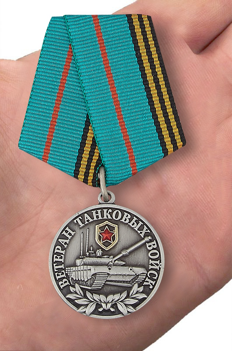 Медаль Ветеран Танковых войск в футляре из флока темно-бордового цвета - вид на ладони