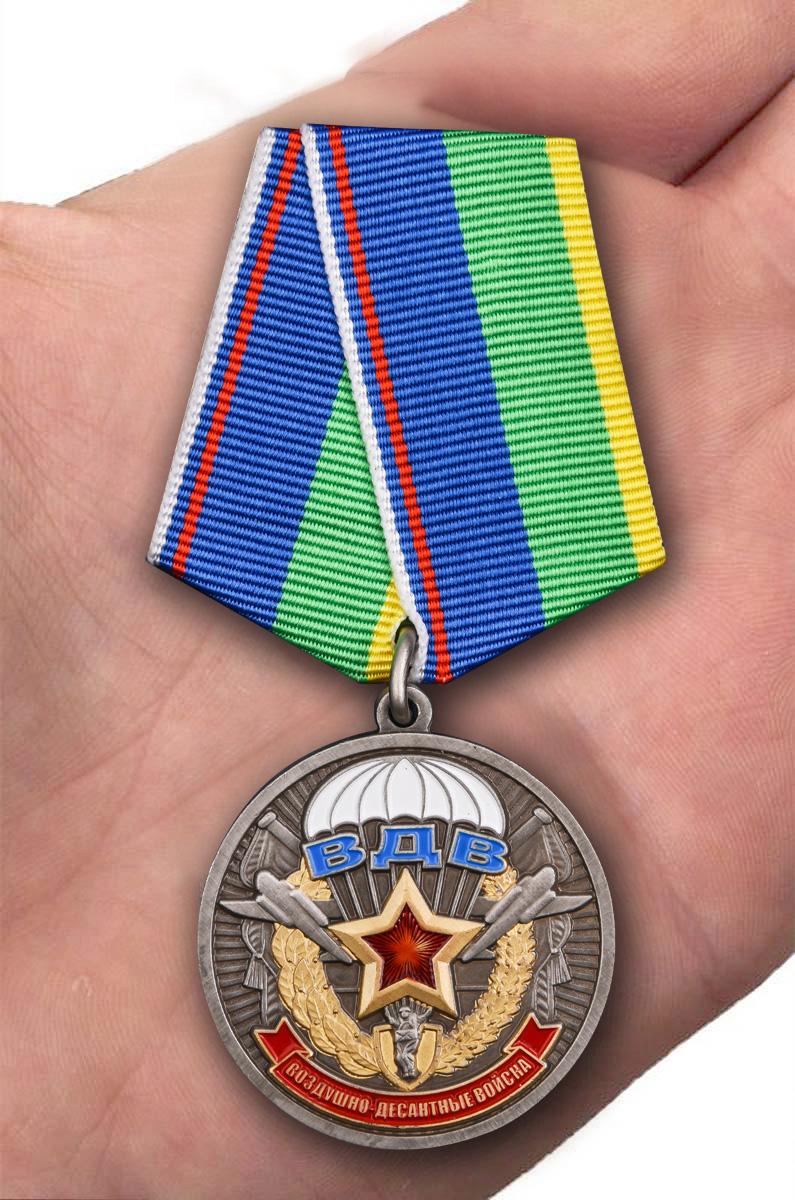 Медаль Ветерану ВДВ в футляре из флока с пластиковой крышкой - вид на ладони
