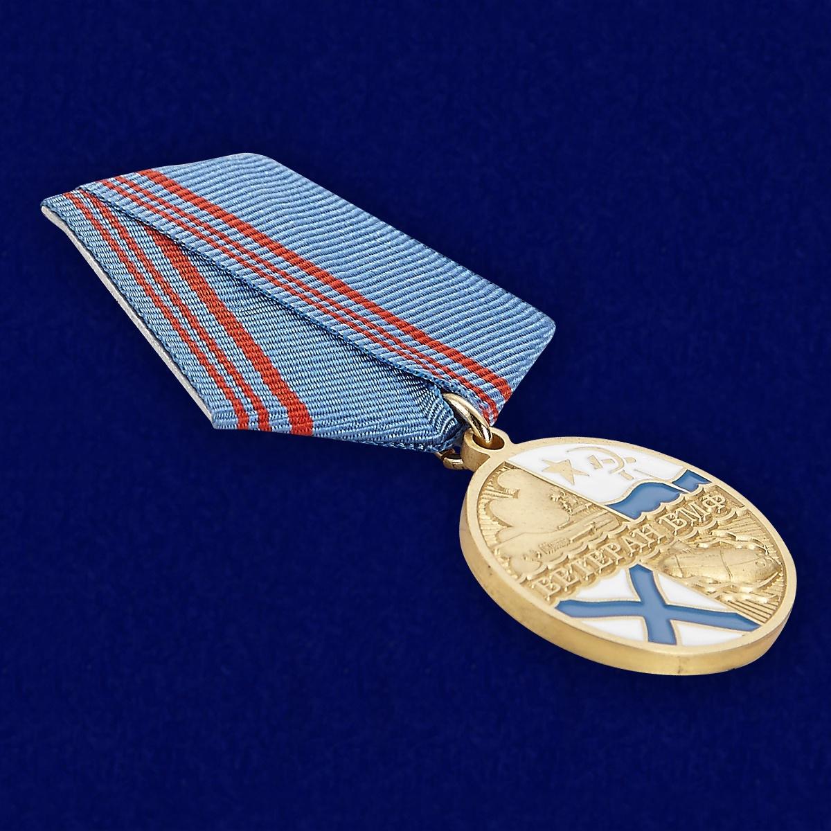 Медаль Ветерану ВМФ России в бархатистом футляре с пластиковой крышкой - общий вид