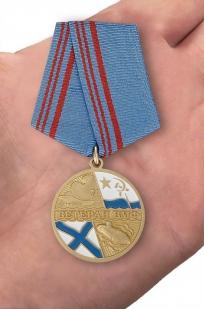 Медаль Ветерану ВМФ России в бархатистом футляре с пластиковой крышкой - вид на ладони