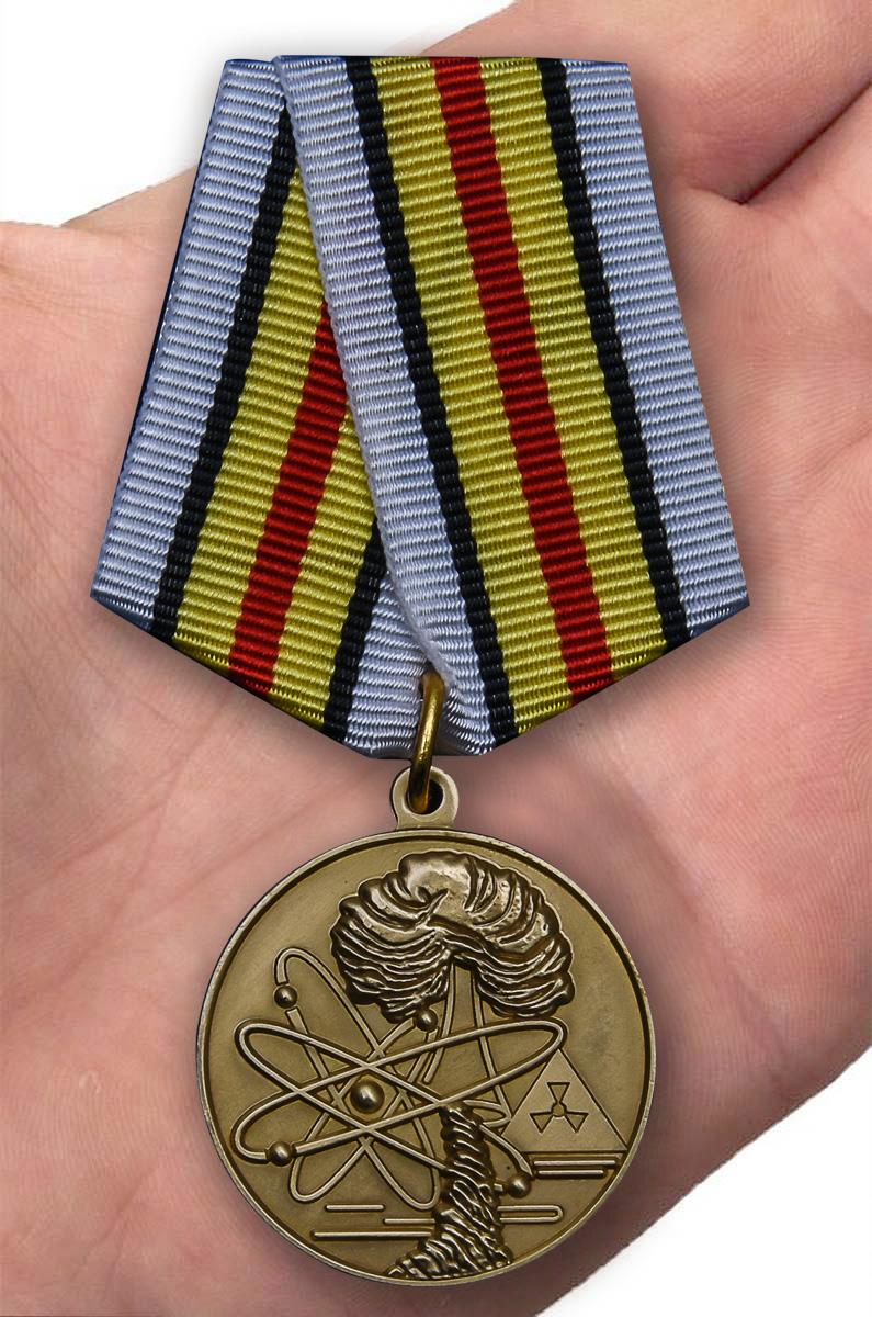"""Медаль """"Ветераны подразделений особого риска"""" - вид на ладони"""