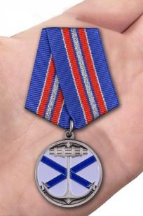 "Медаль ВМФ ""Андреевский флаг"" в бархатистом футляре из флока - вид на ладони"